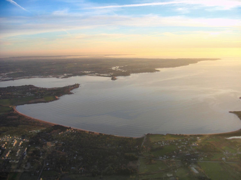 vue aérienne de la baie de Pont-Mahé au soleil couchant