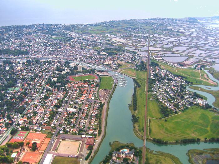 vue aerienne du port de plaisance de La Baule, du Pouliguen, et des marais-salants de Guérande