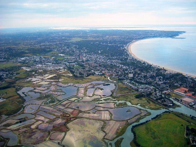 photo aérienne de La Baule vue depuis les marais-salants de Guérande