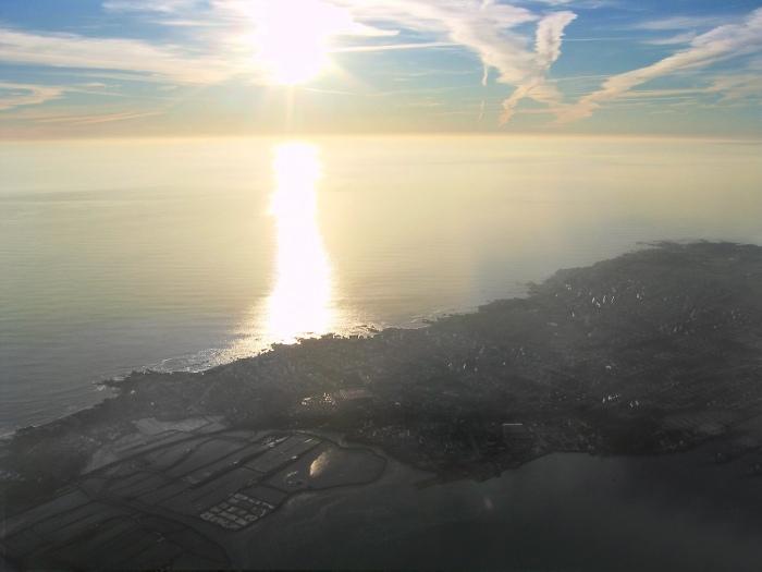 vue aérienne de La baie de Pénestin au soleil couchant<