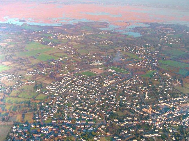 vue aerienne survol de saint-André des Eaux bordé par la Brière